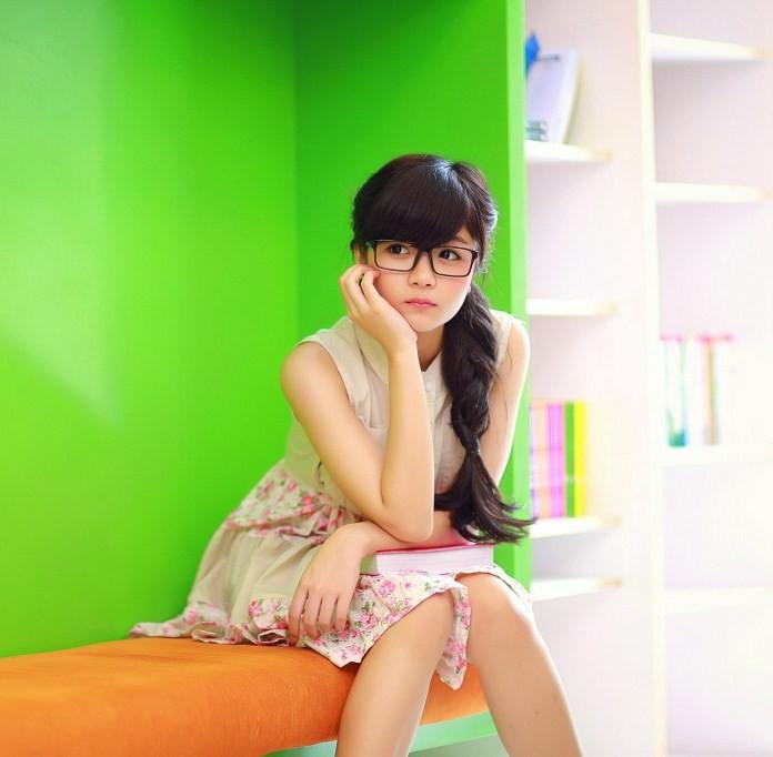 Hình ảnh girl xinh đẹp dễ thương đeo kính