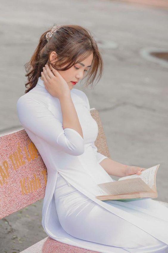 Hình ảnh gái xinh đang đọc sách