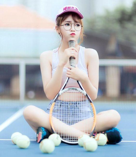 Hình ảnh gái xinh đeo kính chơi thể thao đẹp