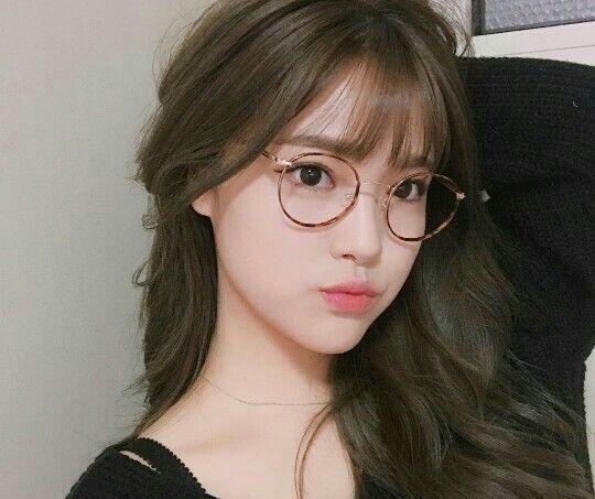 Gái xinh đeo kính ngây thơ