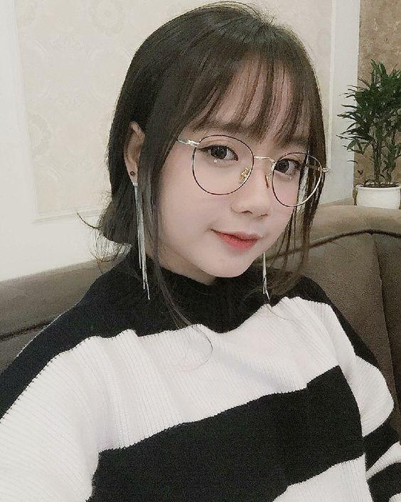 Gái xinh đeo kính dịu dàn