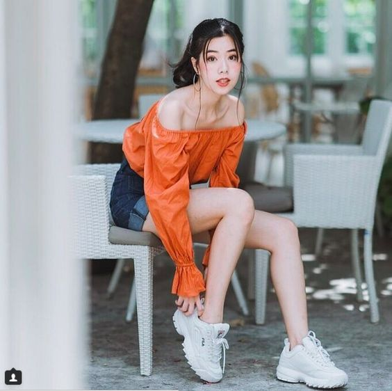 Hình ảnh gái xinh mặc áo trễ vai nhìn cá tính