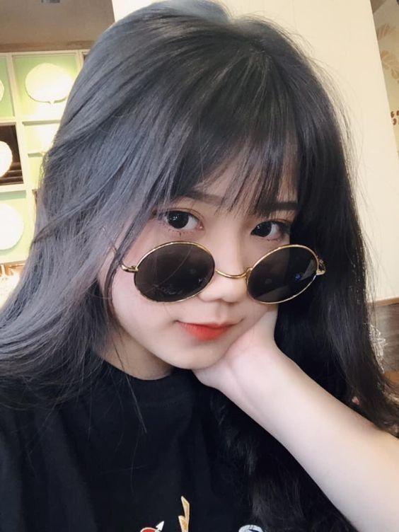 Hình ảnh gái xinh tóc dài đeo kính