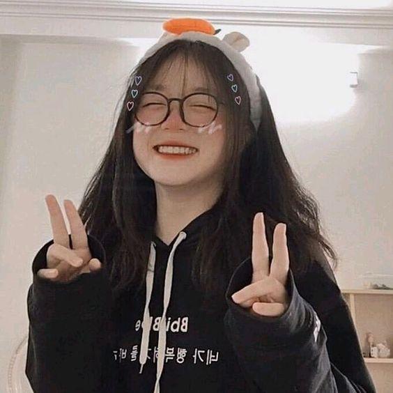 Hình ảnh gái xinh tóc dài đeo kính dễ thương
