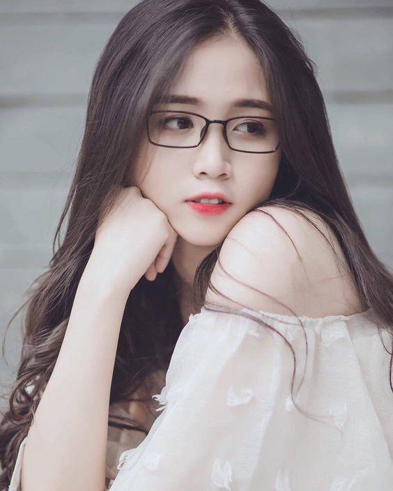 Hình ảnh gái xinh tóc dài đeo kính đẹp và dễ thương nhất