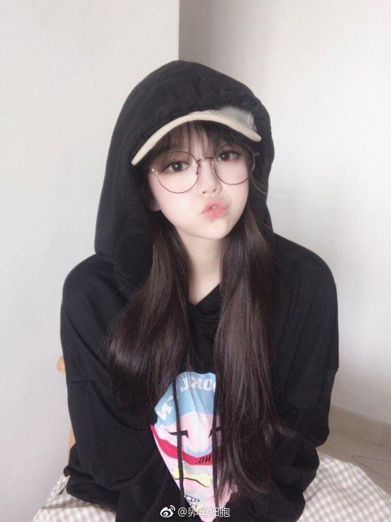 Hình ảnh gái xinh tóc dài đeo kính đáng yêu