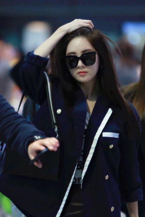 Hình ảnh gái xinh tóc dài đeo kính ngầu