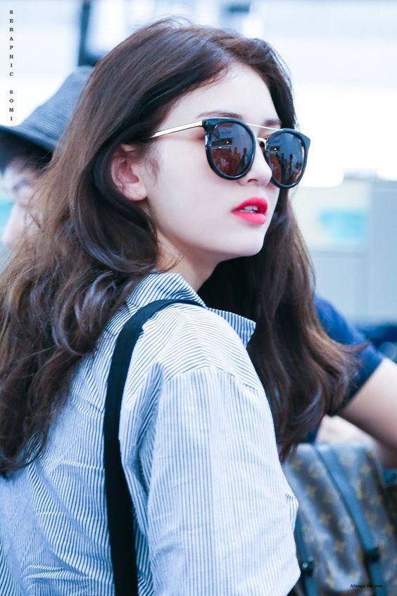 Hình ảnh gái xinh tóc dài đeo kính che mặt